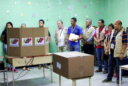 Observadores internacionais visitam centro de votação. Foto: Felipe Bianchi